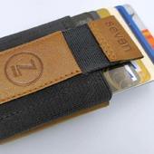 ETUI na KARTY KREDYTOWE -  MINI PORTFEL  PRODUKT POLSKI  Mini portfel o nietuzinkowym wyglądzie, został stworzony z myślą o wygodzie. Jest niewiele większy od rozmiaru pojedynczej karty kredytowej. Z łatwością pomieści do 8 kart kredytowych, w tym dowód osobisty oraz prawo jazdy. Do portfelika zmieszczą się również banknoty, a specjalna kieszonka pomieści Twój bilon. Zastosowany w portfeliku mechanizm pozwala w łatwy i szybki sposób wyciągnąć wszystkie karty oraz dokumenty.   Do produkcji portfelika wykorzystaliśmy najwyższej jakości produkty, taśmy elastyczne belgijskiego producenta oraz naturalne skóry włoskie.  Jeżeli cenisz sobie wygodę oraz modny design musisz go mieć!! Będzie nieodłącznym Twoim towarzyszem na co dzień oraz w imprezowy weekend.  Sprawdź dostępne kolory w naszym sklepie  👉www.sevenshop.pl 👈  . . .  #handmadeinpoland🇵🇱 #belts #belt #design #poland #polandhandmade #handmadeinpoland #leatherproducts #leathergood #polishbrand #fashion #casual #streetwear #style #styleoftheday #leather#instaphoto #instagood #moda #outfit #fashionlover #fashionstyle #mansfashion #outfitgrids #styleforman #manswear #mensfashionpost #pasek #manlook